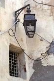 Фонарь и окно старого дома в медине