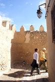 Угловая улочка у стены медины