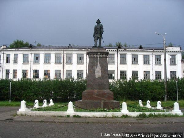 Памятник Петру Первому в центре города