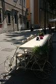 необычный стол на улице Триеста