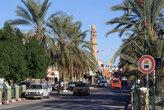 На центральной улице — минареты и финиковые пальмы