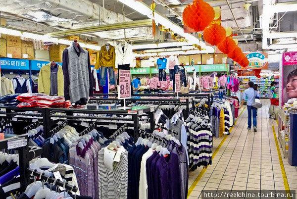 Одежда эта очень дешевая. Как в отношении качества, так и в отношении цены. В общем-то, это как раз то, что надо настоящему народному магазину. Покупают её всегда. Примерочных тут нет. Извините!