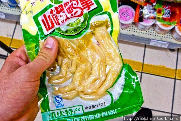 Куриные лапы – это фишка китайской гастрономии. Они бывают солёными, перчеными, копчеными, жареными, вареными, тушеными... Они даже висят в кондитерском отделе. Это сладкие Куриные лапы!