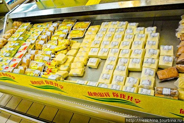 Тофу в Китае – это больше, чем продукт. Это символ! Витрина, где продается тофу, примерно такого же размера, как и витрина, где продается мясо. Полкило сыра тофу стоит 2 юаня (9 рублей).