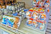 Витрина с яйцами больше, чем просто большая. Тут около 20 разновидностей яиц от разных производителей. Есть также и большой ящик с перепелиными яйцами...