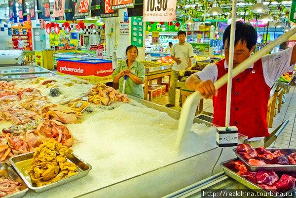 Мясо в Китае – это на 80% — свинина. И на 15 % — курица. Говядины тут практически нет. По крайней мере, в нашем магазинчике ее не бывает никогда.