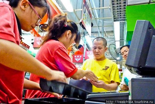 Выхожу из магазина, и девушка в красной униформе помогает вытащить мешки с продуктами из моей тележки, улыбается и говорит: — Мань дзоу! (счастливого пути!). — Сиси! (спасибо!)