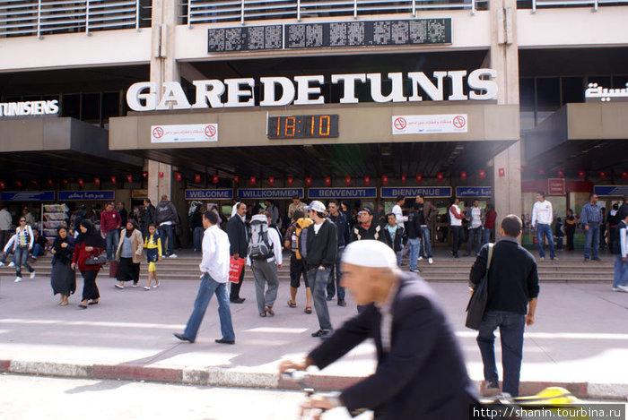 Железнодорожный вокзал в Тунисе. На табло — 18 октября 2009 года!