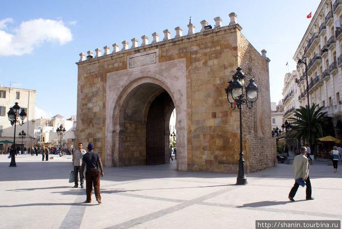 Ворота Свободы у входа в медину Туниса