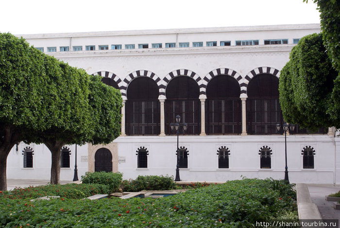 Здание резиденции премьер-министра — в типичном тунисском стиле