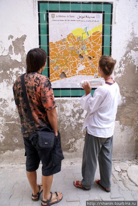 У туристической карты медины Туниса
