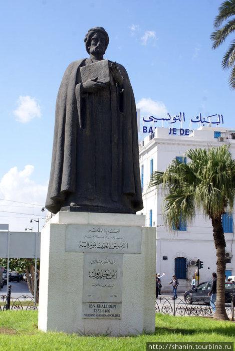 Памятник мусульманскому философу Ибн Хадуну