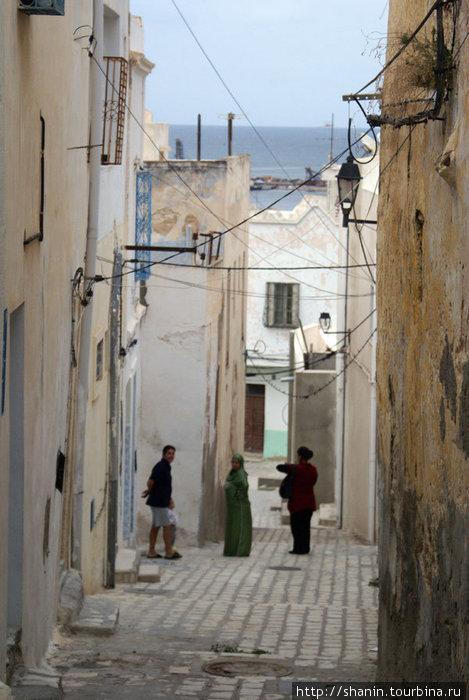 Улочка с видом на море в медине Суса