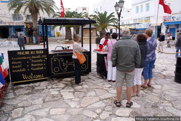Лоток со сладостями на площади в медине