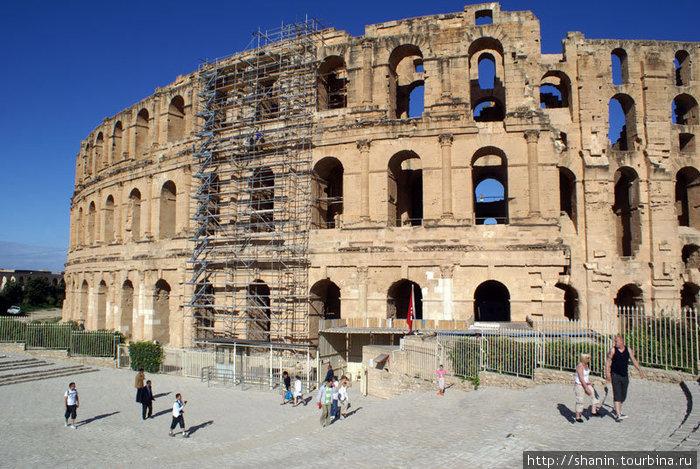 Вход в римский амфитеатр в Эль-Джеме
