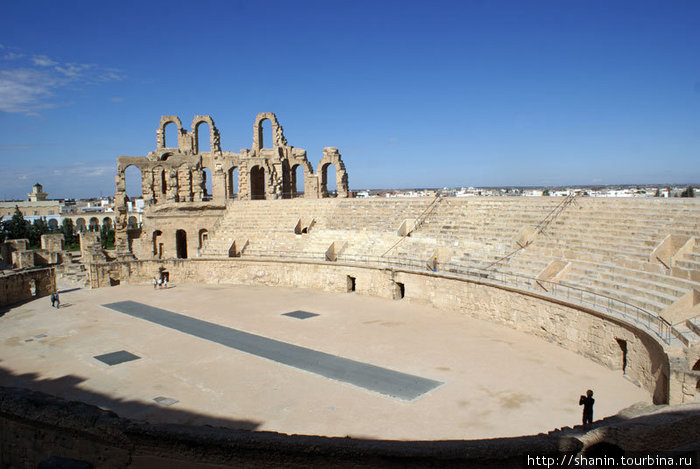 Арена амфитеатра в Эль-Джеме