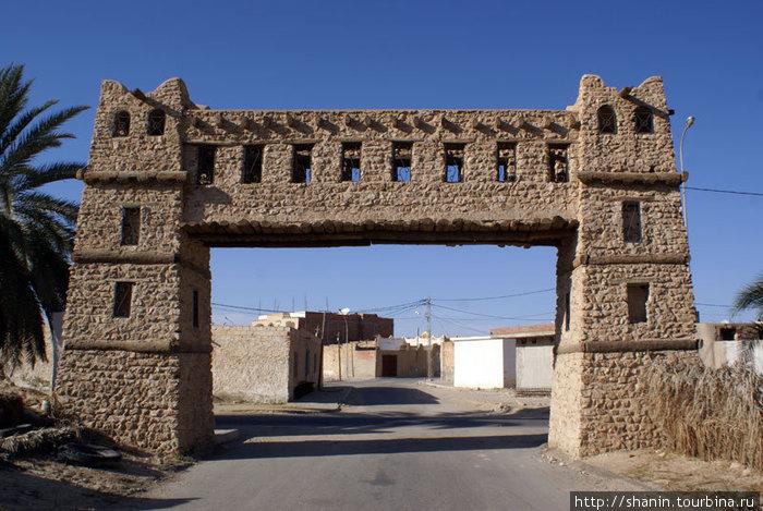 Триумфальные ворота на пути к медине Кебили