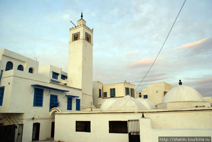 Мечеть на закате в Сиди БУ-Зид