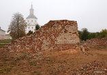 Что самое поразительное, на месте Свято-Успенского собора большевики так ничего и не построили. До сих пор в этом месте зияет яма с разбросанной вокруг землей, с остатками фундамента и стен храма, обломками его колонн и ступеней...