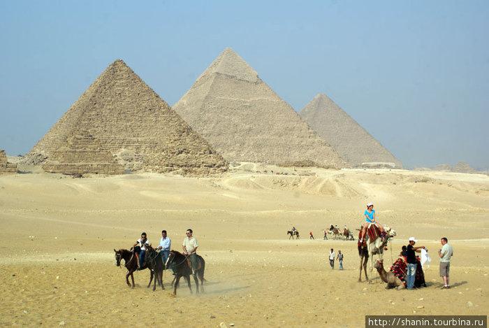 Туристы на фоне пирамид
