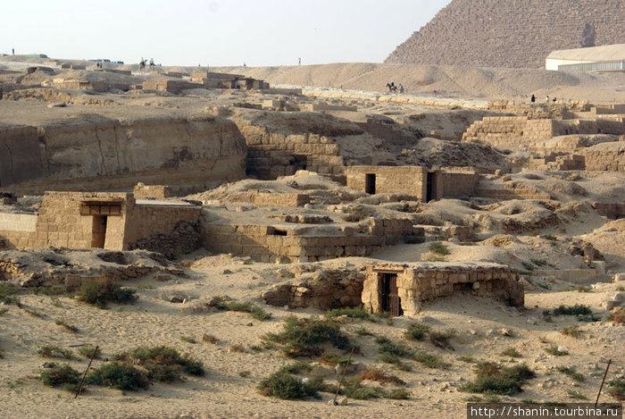 Сараи у подножия пирамид