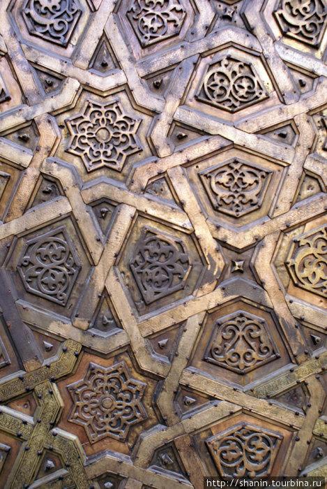 Украшение кованой двери мечети
