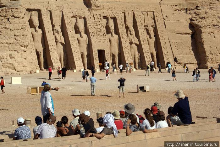Гид рассказывает об истории  храма в Абу Симбел
