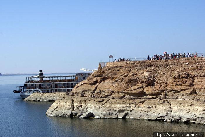 Берег озера Нассера у храм а Рамзеса II в Абу Симбел