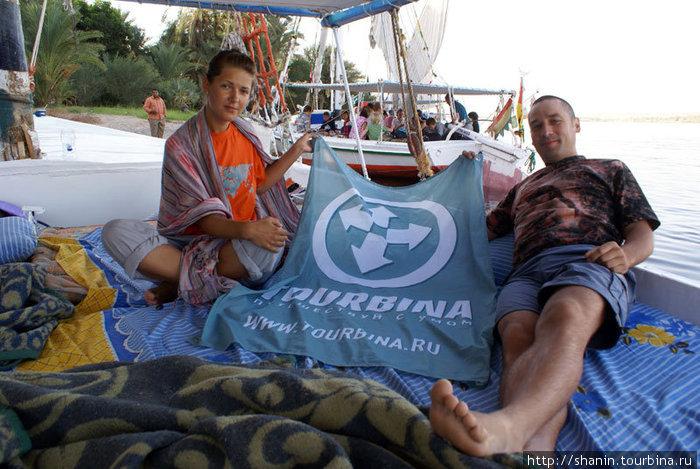 Саша Богомолова и Олег Семичев на фелюке с флагом Турбины