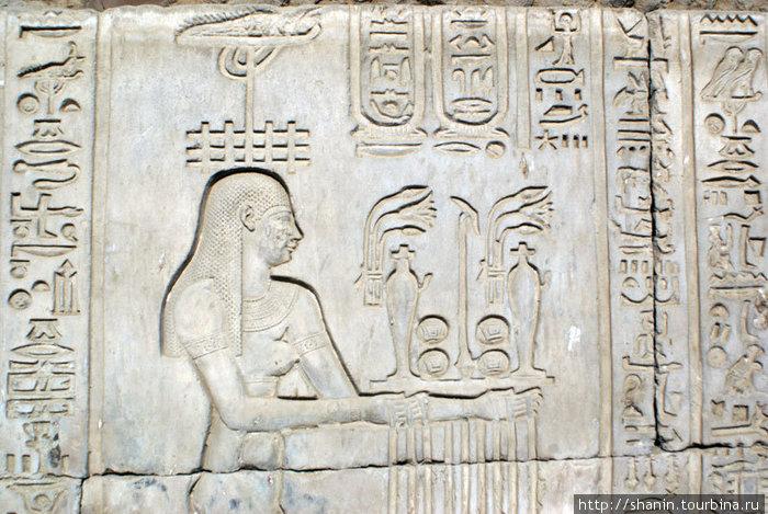 Иероглифы в храме Комомбо