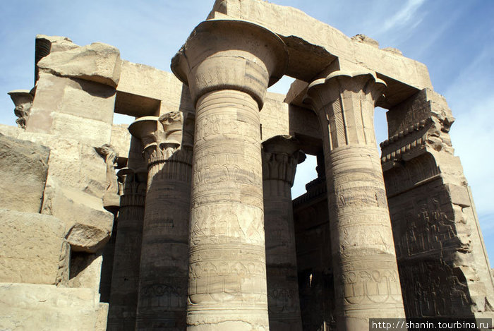 Огромные колонны в храме Комомбо