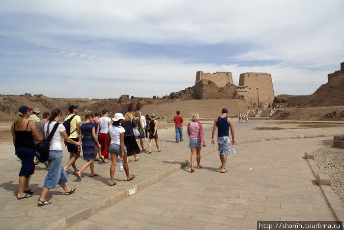 Туристы идут к входу в храм Гора в Эдфу