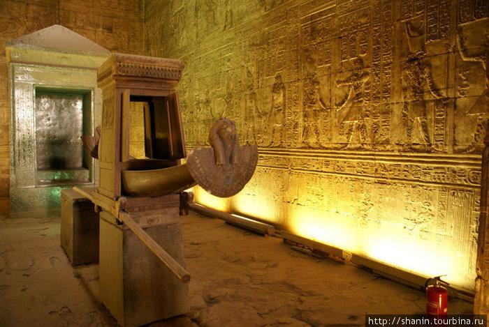 Ритуальная ладья в святилище гора. На этой ладье золотую статую по праздникам выносили из храма