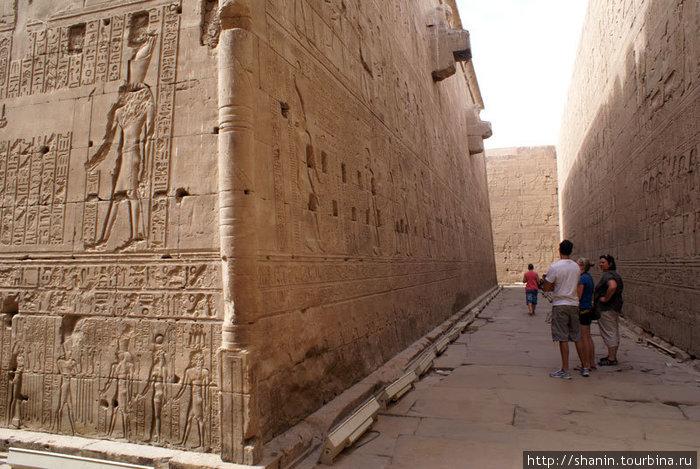 В храме Гора между двумя стенами — внутренней и внешней (обе исписаны иероглифами сверху донизу).