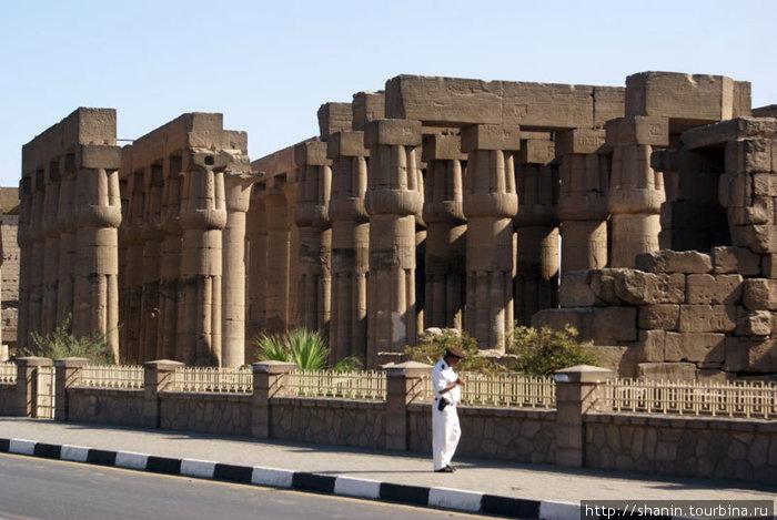 Полицейский на охране Луксорского храма