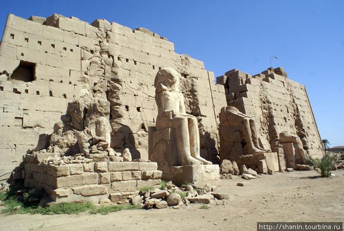 Статуи фараонов в Карнакском храме