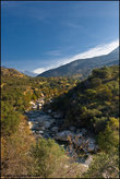 Дорога туда крайне приятная — горный серпантин, с обрывом и речкой с одной стороны — после пустынь такой вид очень радует