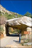 Вот такой вот огромный камень соорудил мостик