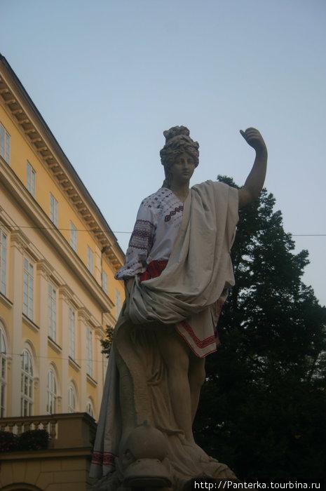 Амфитрита. Одна из четырех статуй по углам Ратуши. Решили добавить античной девушке украинского колорита...