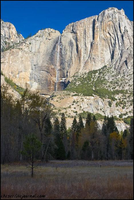 После часа дороги нас встретило ущелье с водопадом, на котором уже был лёд Йосемити Национальный Парк, CША