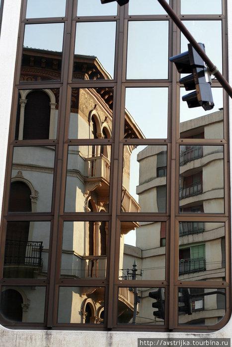 город отражается в окнах