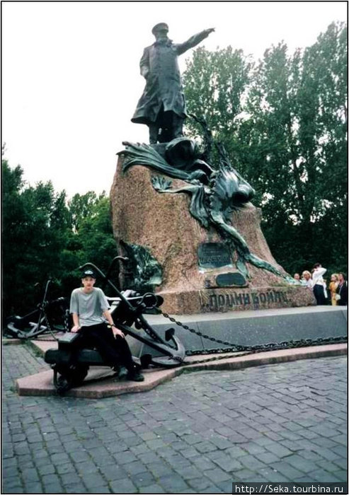 Памятник С.О. Макарову. Фото отсканировано