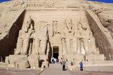 Фасад большого храма Рамзеса II (справа есть и маленький)