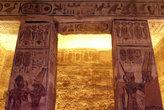 В храме Рамзеса II Качество фотографии плохое, но фотографировать там запрещено, поэтому и снять толком ничего не получается, обстановка нервная. Это так — для общего представления.