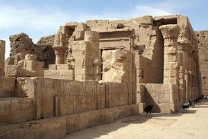 Маленький храм — перед большим храмом Гора