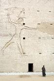Фигура фараона Рамзеса II, который держит в руке за волосы своих побежденных врагов.