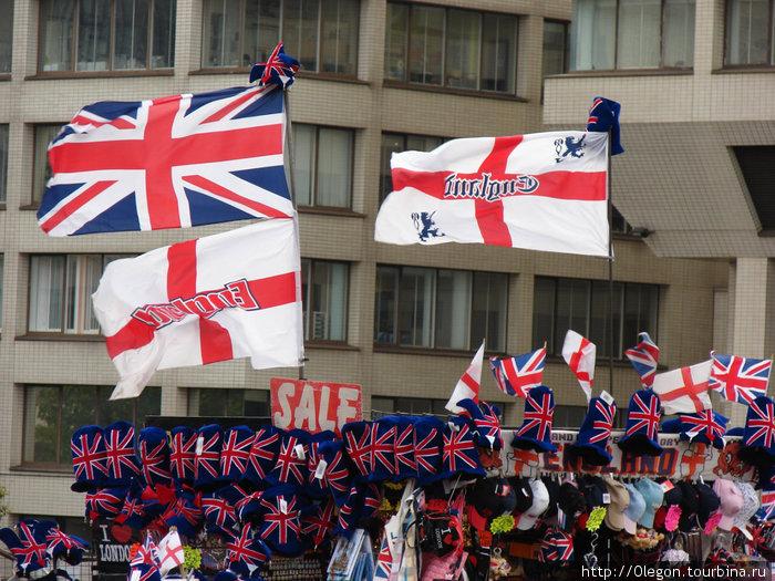 По флагу, каждому в руки