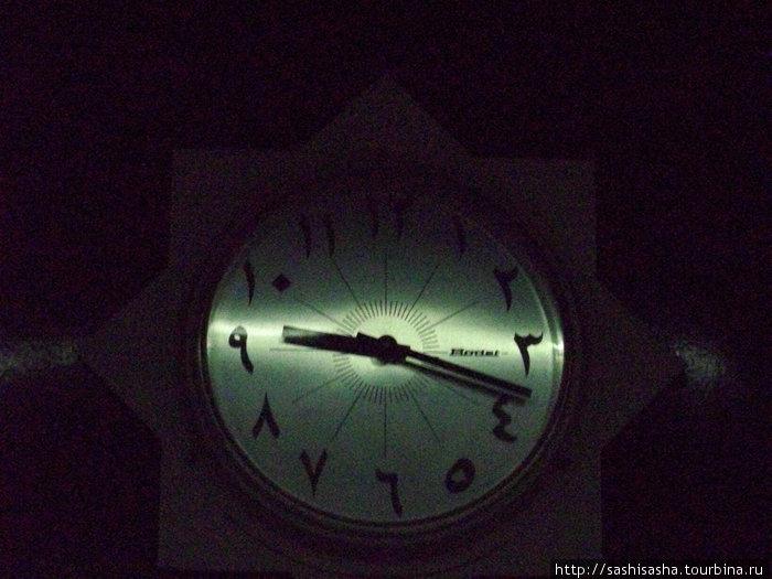 Часы на Вокзале в Каире, в тени. Они скорее элемент декора, все равно ни один поезд во время не отправится!
