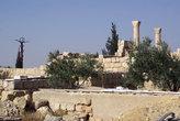 Крест и руины церкви