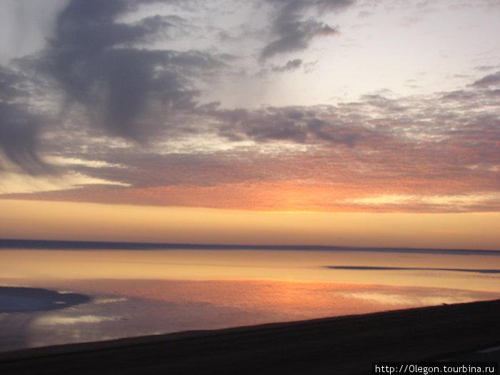 Закат над солянным озером